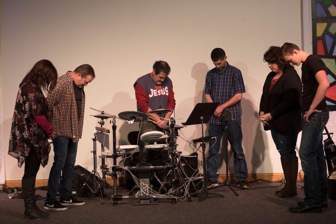 worship-team-prayer